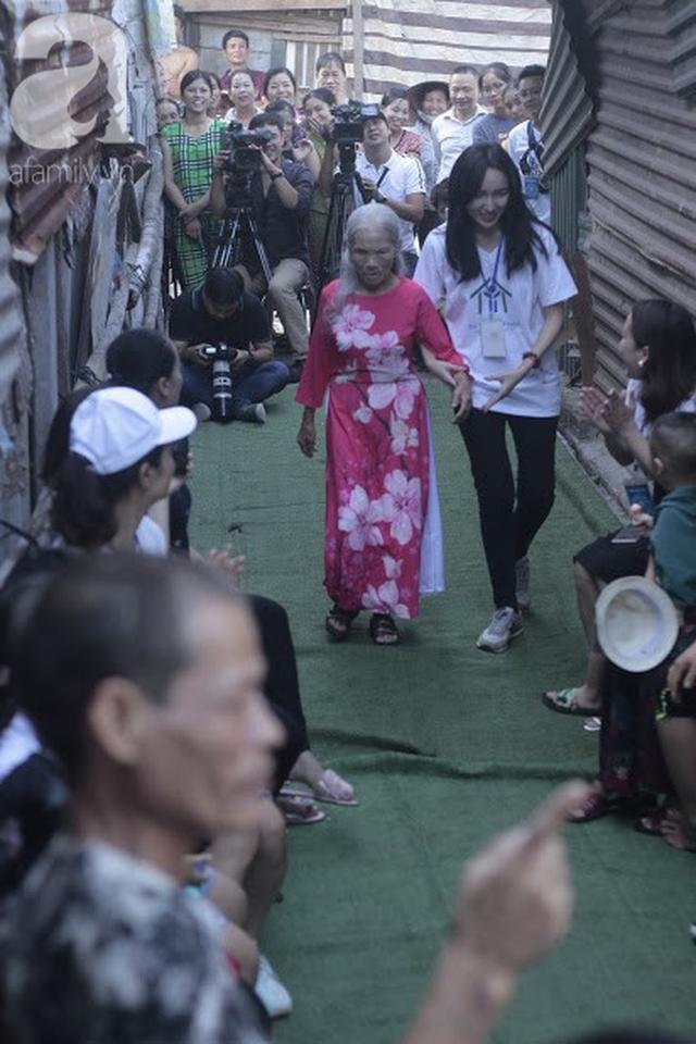 Nụ cười hạnh phúc của những người phụ nữ sống ở khu ổ chuột Hà Nội khi nhận món quà đặc biệt Ngày 20/10 - Ảnh 7.