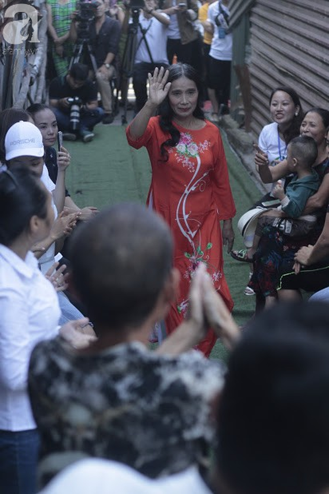 Nụ cười hạnh phúc của những người phụ nữ sống ở khu ổ chuột Hà Nội khi nhận món quà đặc biệt Ngày 20/10 - Ảnh 8.