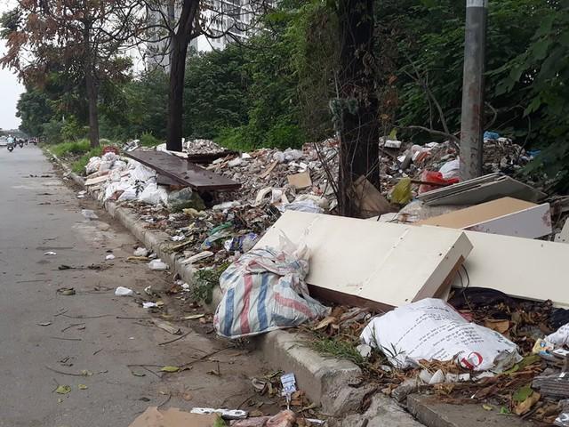 Núi rác thải xây dựng bao trùm tuyến đường đẹp nhất Hà Nội - Ảnh 3.