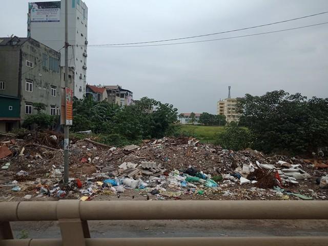 Núi rác thải xây dựng bao trùm tuyến đường đẹp nhất Hà Nội - Ảnh 4.