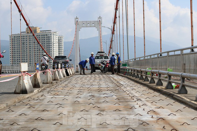 Cận cảnh cầu dây võng 1.000 tỷ dài nhất Việt Nam phải thay mặt đường - Ảnh 1.