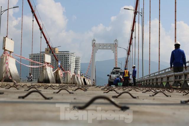 Cận cảnh cầu dây võng 1.000 tỷ dài nhất Việt Nam phải thay mặt đường - Ảnh 2.