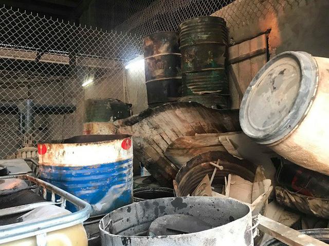 Cận cảnh nơi lưu giữ dầu thải bị tuồn ra đầu độc nước sông Đà của Công ty gốm sứ Thanh Hà - Ảnh 11.
