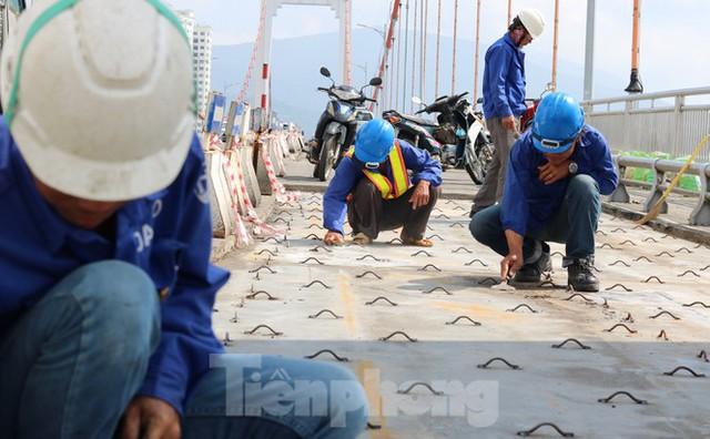 Cận cảnh cầu dây võng 1.000 tỷ dài nhất Việt Nam phải thay mặt đường - Ảnh 5.