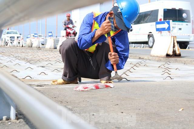 Cận cảnh cầu dây võng 1.000 tỷ dài nhất Việt Nam phải thay mặt đường - Ảnh 7.