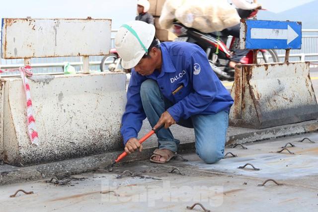 Cận cảnh cầu dây võng 1.000 tỷ dài nhất Việt Nam phải thay mặt đường - Ảnh 8.
