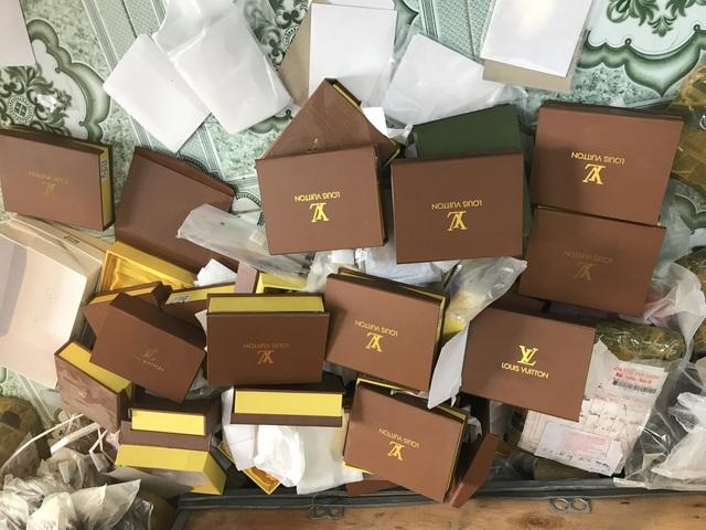 Túi hàng hiệu Gucci, Chanel, LV, Charles&Keith... giá chỉ từ 30.000 đồng/chiếc chất đống tại cửa hàng - Ảnh 2.