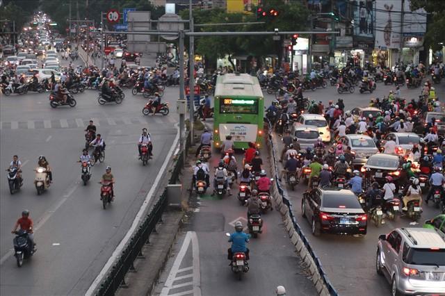 """Nhiều phương tiện chen lấn, buýt nhanh BRT """"rùa bò"""" trên làn dành riêng - Ảnh 1."""