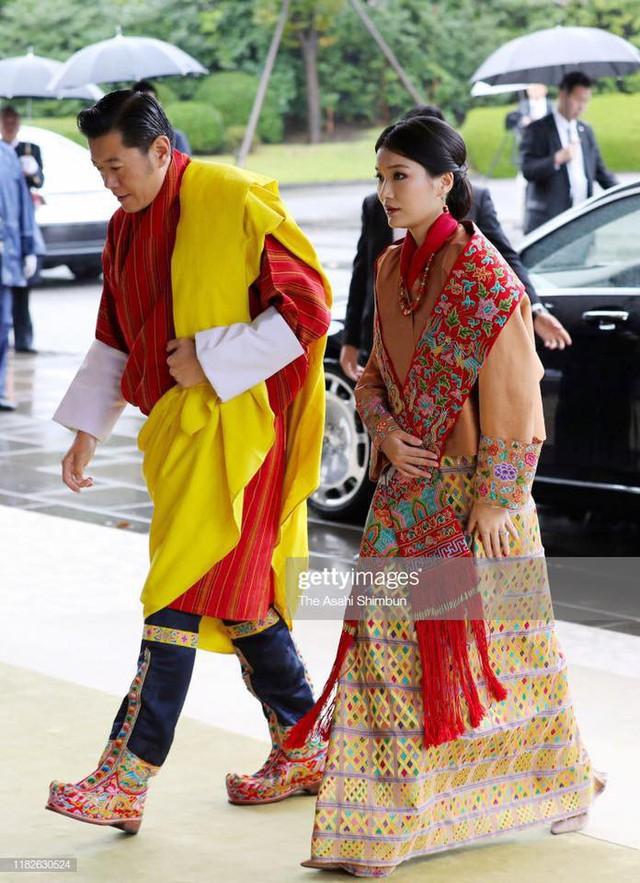 Cộng đồng mạng phát sốt với vẻ đẹp thoát tục không góc chết của Hoàng hậu Bhutan ở Nhật Bản khi tham dự lễ đăng quang  - Ảnh 2.