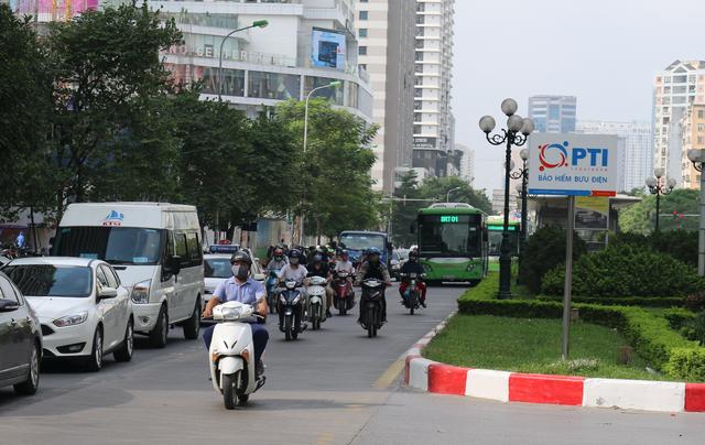 """Nhiều phương tiện chen lấn, buýt nhanh BRT """"rùa bò"""" trên làn dành riêng - Ảnh 3."""