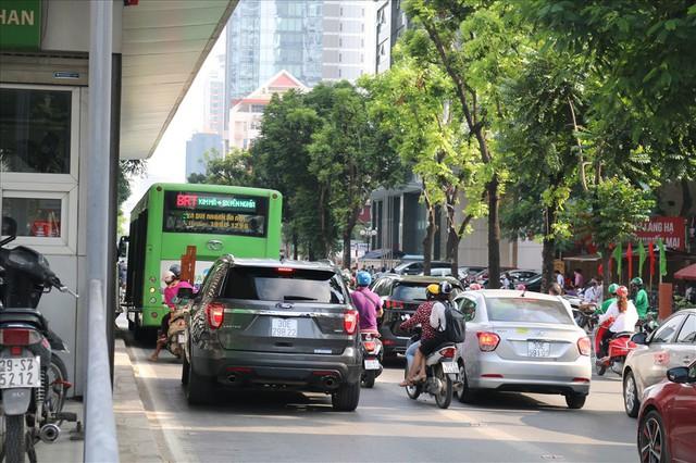 """Nhiều phương tiện chen lấn, buýt nhanh BRT """"rùa bò"""" trên làn dành riêng - Ảnh 4."""