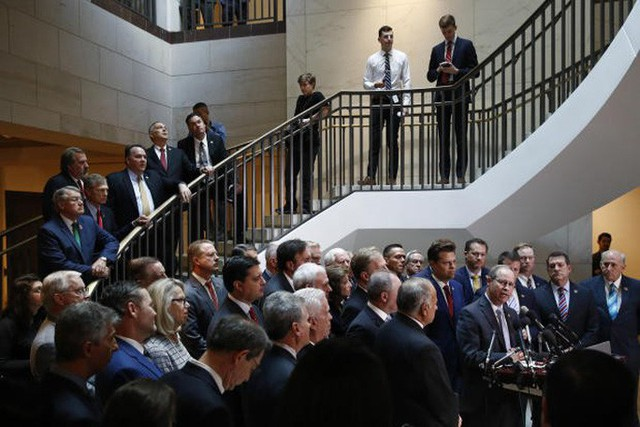 Nghị sĩ Cộng hòa xông vào phòng kín điều tra luận tội ông Donald Trump - Ảnh 2.