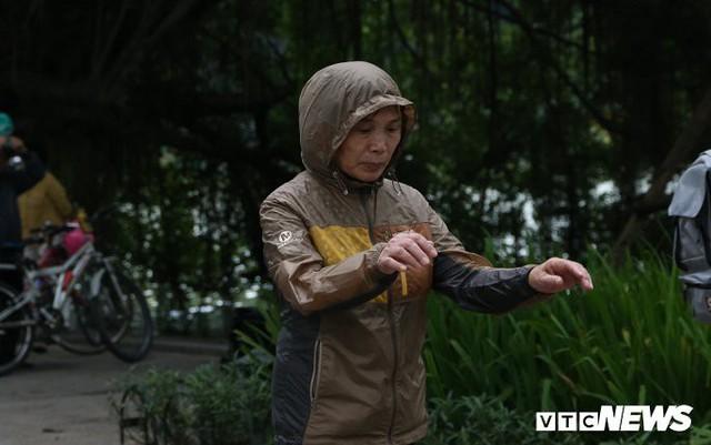 Ảnh: Người Hà Nội xúng xính áo ấm đón gió lạnh đầu mùa - Ảnh 5.