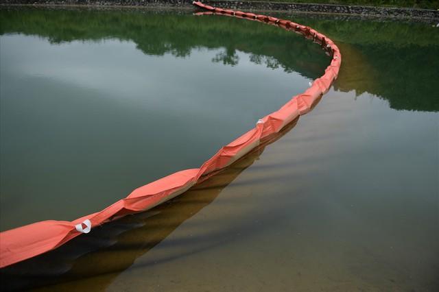 Tiếp tục hút bùn kênh dẫn nước sông Đà sau gần 20 ngày vụ đổ trộm dầu thải - Ảnh 1.