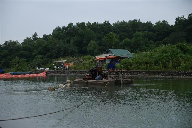 Tiếp tục hút bùn kênh dẫn nước sông Đà sau gần 20 ngày vụ đổ trộm dầu thải - Ảnh 2.