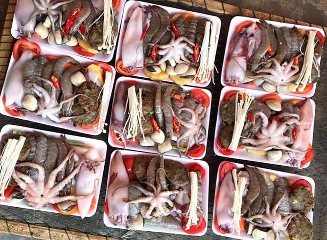 Giật mình set lẩu toàn hải sản tươi giá chỉ 50 ngàn trên vỉa hè - Ảnh 3.