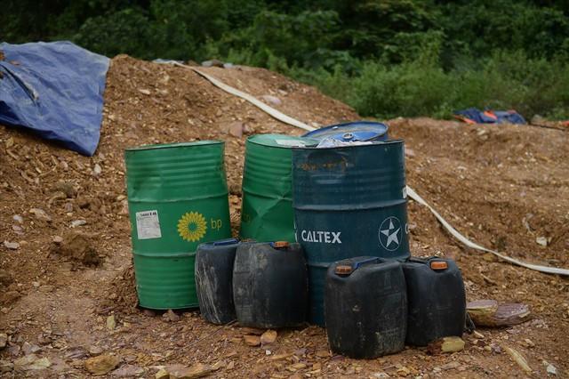 Tiếp tục hút bùn kênh dẫn nước sông Đà sau gần 20 ngày vụ đổ trộm dầu thải - Ảnh 5.