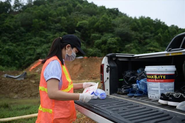 Tiếp tục hút bùn kênh dẫn nước sông Đà sau gần 20 ngày vụ đổ trộm dầu thải - Ảnh 6.
