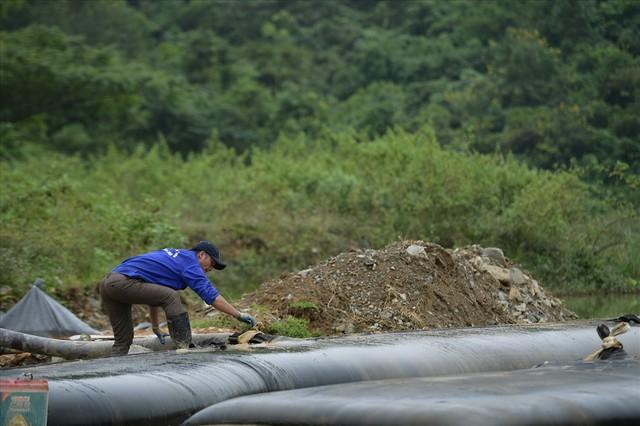 Tiếp tục hút bùn kênh dẫn nước sông Đà sau gần 20 ngày vụ đổ trộm dầu thải - Ảnh 8.