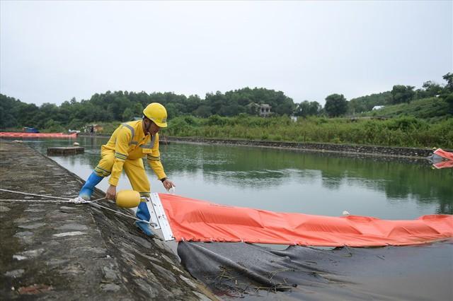 Tiếp tục hút bùn kênh dẫn nước sông Đà sau gần 20 ngày vụ đổ trộm dầu thải - Ảnh 9.