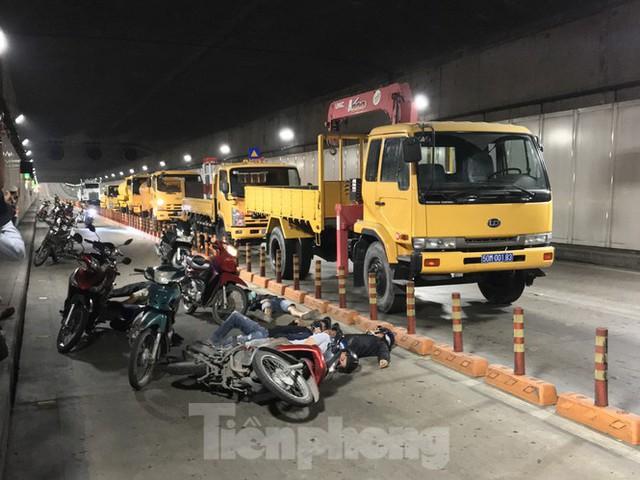 Diễn tập tai nạn liên hoàn giữa 5 ô tô và 30 xe máy trong hầm Thủ Thiêm  - Ảnh 1.