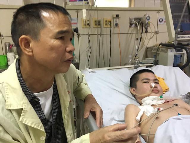 Nụ cười bạc tỉ của cậu bé hôn mê 2 năm và câu chuyện cảm động về người cha quyết cứu con dù chỉ có 1% hy vọng - Ảnh 1.
