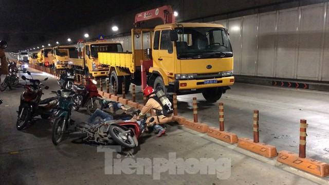 Diễn tập tai nạn liên hoàn giữa 5 ô tô và 30 xe máy trong hầm Thủ Thiêm  - Ảnh 11.