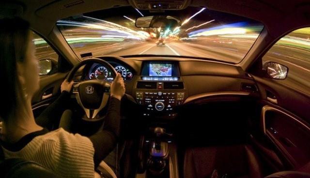 Kinh nghiệm nằm lòng khi lái xe trong thời tiết sương mù - Ảnh 3.