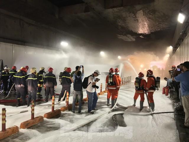 Diễn tập tai nạn liên hoàn giữa 5 ô tô và 30 xe máy trong hầm Thủ Thiêm  - Ảnh 6.