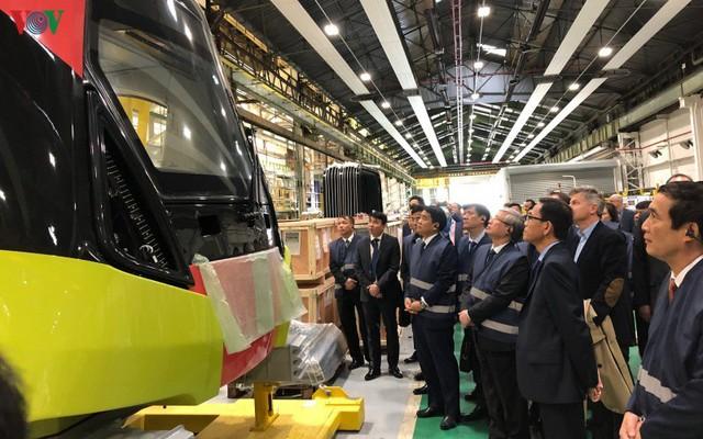 Lộ diện đoàn tàu đầu tiên của tuyến Metro số 3 Nhổn-Ga Hà Nội - Ảnh 1.