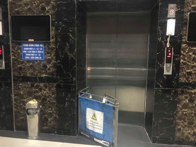 Dân chung cư Linh Đàm hốt hoảng vì mắc kẹt trong thang máy - Ảnh 1.