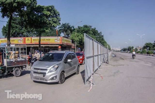 Dựng rào chắn thi công đường đua F1 - Ảnh 1.