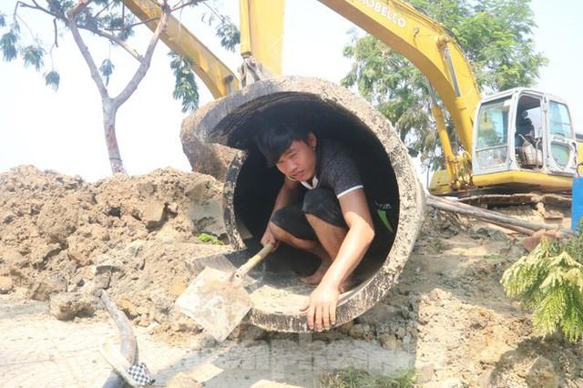 Đường ống khủng dẫn nước xuyên đáy sông Hàn - Ảnh 4.
