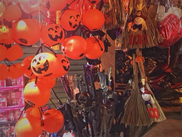 Sôi động thị trường đồ chơi Halloween, phù thủy, siêu nhân nhí xuất hiện - Ảnh 1.
