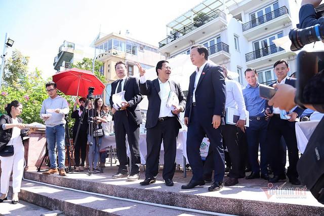 Bộ trưởng Trần Hồng Hà ra hồ Tây cho cá ăn - Ảnh 2.