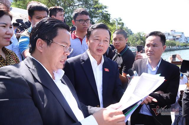 Bộ trưởng Trần Hồng Hà ra hồ Tây cho cá ăn - Ảnh 3.