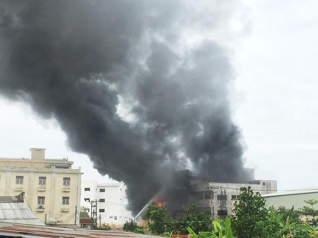 Cháy dữ dội xưởng mút xốp vùng ven TP.HCM - Ảnh 1.