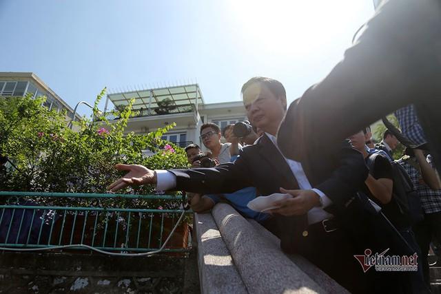 Bộ trưởng Trần Hồng Hà ra hồ Tây cho cá ăn - Ảnh 8.