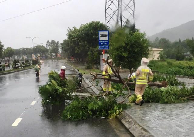 Đà Nẵng: Hàng loạt cây xanh ngã chắn đường, giao thông hỗn loạ - Ảnh 8.  Đà Nẵng: Hàng loạt cây xanh ngã chắn đường, giao thông hỗn loạ photo 7 15724941097071161900689