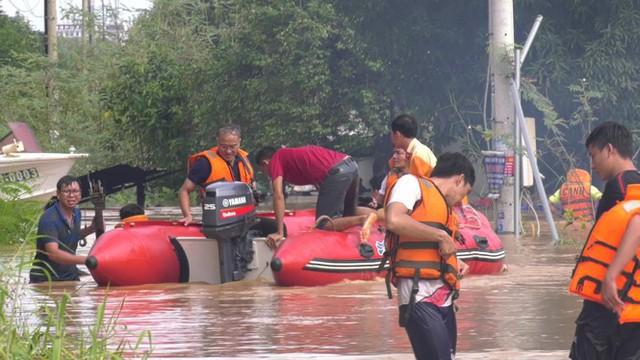 Lũ đổ về đột ngột ở Bình Phước, cảnh sát bám dây giúp dân sơ tán - Ảnh 4.