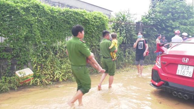 Lũ đổ về đột ngột ở Bình Phước, cảnh sát bám dây giúp dân sơ tán - Ảnh 5.