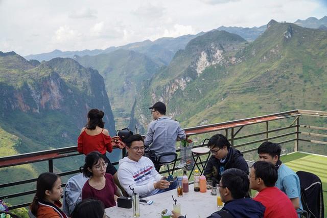 Hàng trăm lượt khách tiếp tục check-in tại tòa gai bê tông trên đèo Mã Pì Lèng, nhà hàng trang bị thêm thang - Ảnh 1.