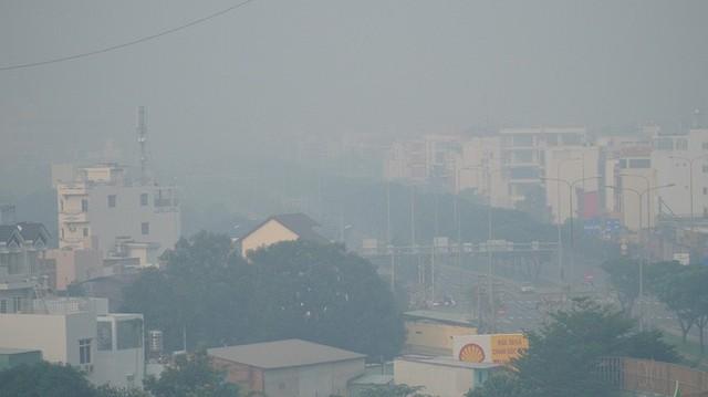 Bầu trời mù mịt đến khó tin ở đại lộ Võ Văn Kiệt sáng 6-10  - Ảnh 2.