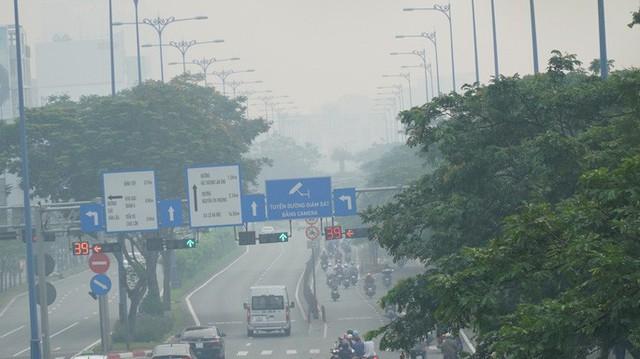 Bầu trời mù mịt đến khó tin ở đại lộ Võ Văn Kiệt sáng 6-10  - Ảnh 13.
