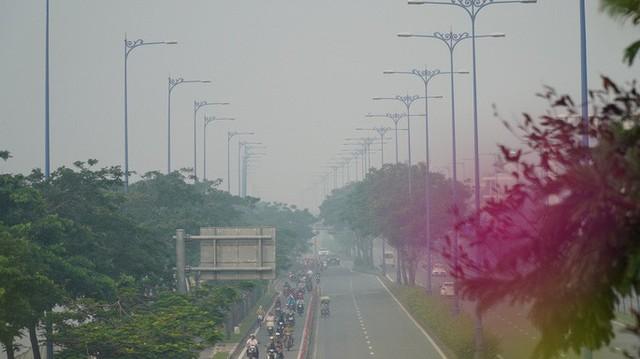 Bầu trời mù mịt đến khó tin ở đại lộ Võ Văn Kiệt sáng 6-10  - Ảnh 14.