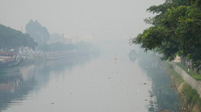 Bầu trời mù mịt đến khó tin ở đại lộ Võ Văn Kiệt sáng 6-10  - Ảnh 16.