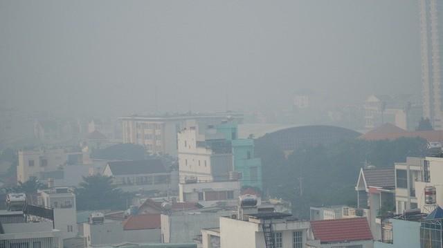 Bầu trời mù mịt đến khó tin ở đại lộ Võ Văn Kiệt sáng 6-10  - Ảnh 3.
