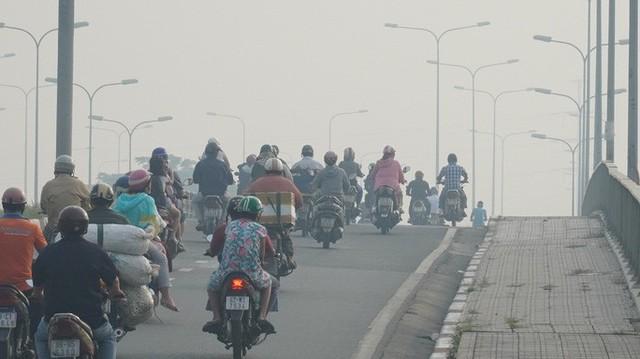 Bầu trời mù mịt đến khó tin ở đại lộ Võ Văn Kiệt sáng 6-10  - Ảnh 5.