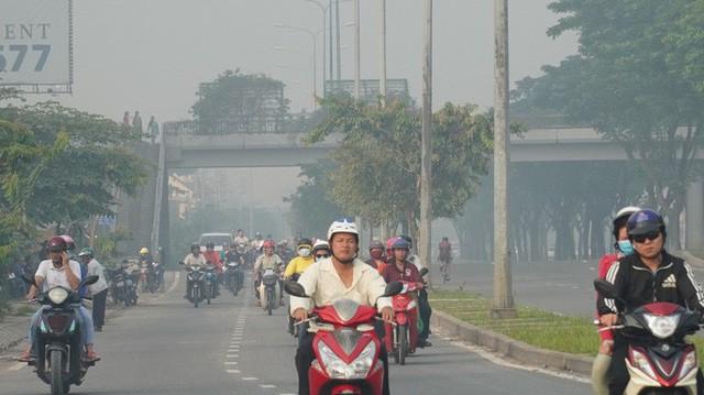 Bầu trời mù mịt đến khó tin ở đại lộ Võ Văn Kiệt sáng 6-10  - Ảnh 6.