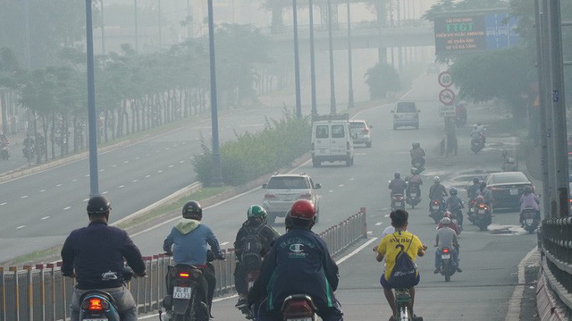 Bầu trời mù mịt đến khó tin ở đại lộ Võ Văn Kiệt sáng 6-10  - Ảnh 9.